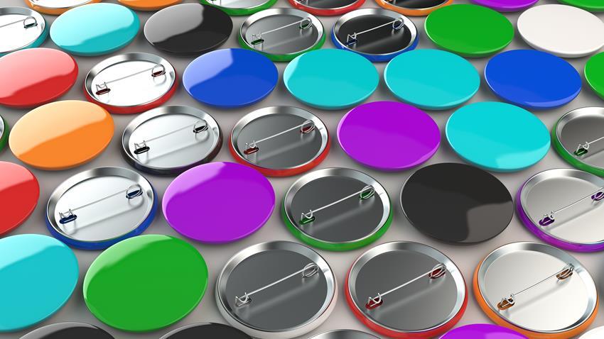 Przypinka, plakietka, a może button? Czym różnią się okrągłe i wypukłe znaczki z agrafką?